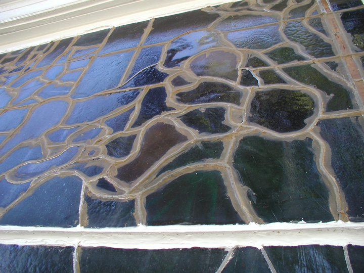 front window closeup before.jpg (195669 bytes)